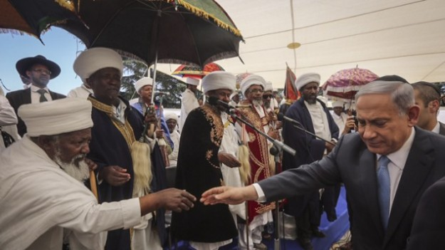 Perdana Menteri Benjamin Netanyahu menghadiri peringatan satu bukit Hertz memori dari Etiopia Yahudi yang meninggal selama perjalanan mereka dari Ethiopia ke Israel, 17 Mei 2015 (Gil Yohanan / Pool)